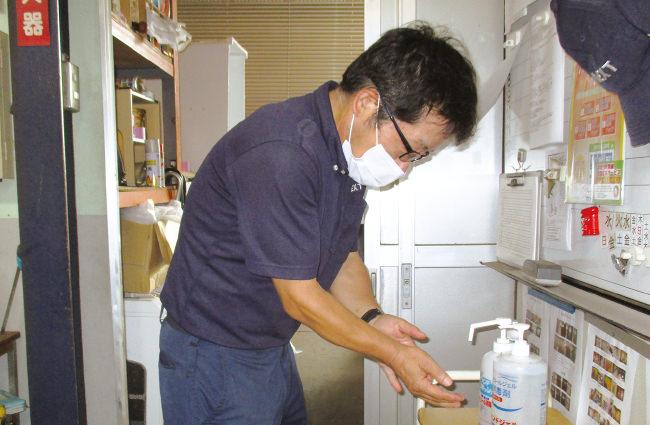 出勤時と帰社時には、必ず社員全員がよく手を洗った後に、しっかりとアルコールで除菌することを徹底しております。