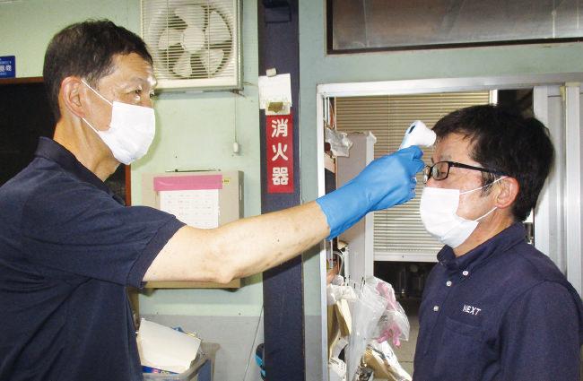 朝の出勤時には必ず検温を行います。社員同士で検温を行い、少しでも体温が高い場合は退勤する決まりになっておりますのでご安心ください。
