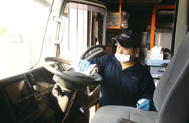 朝の出動前、そして作業が終わり戻った後には、次の現場で使う人のために必ず除菌作業を行います。車内はどこを触るかわかりませんから、しっかりと隅々まで除菌作業を行います。最後は別の担当者にもチェックをさせます。