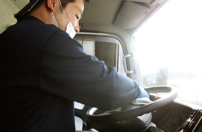 ハンドルやスイッチ類、運転席、コントロールパネル周辺、助手席に至るまでしっかりと念入りに除菌を行います。その後、荷室の洗浄も行います。次の現場で使う人のために必ず除菌作業を行います。車内はどこを触るかわかりませんから、しっかりと隅々まで除菌作業を行います。最後は別の担当者にもチェックをさせます。