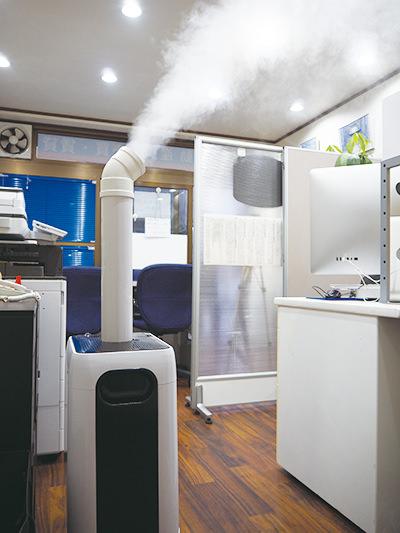 除菌剤ナノエイトを短時間で空間全体を除菌する専用噴霧器(空間衛星加湿器)を使用しています。無人状態の不動産事務所で使用し、2時間以上除菌を行いました。