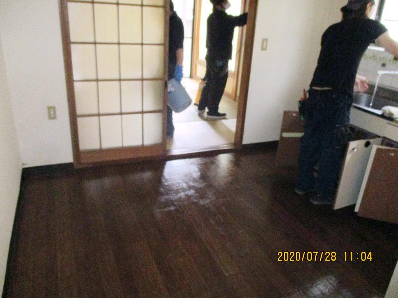 東京都足立区の孤独死された故人のご自宅の特殊清掃と遺品整理のご依頼を、不動産会社の方からご紹介を受け作業してきました。すべての家財道具を持ち出した後、部屋全体を綺麗に掃除を行った後、害虫駆除と病原菌やウイルス対策の除菌作業、さらに消臭作業までを、特殊清掃士の資格を持つネクストの特殊清掃人がしっかりと対応を行います。
