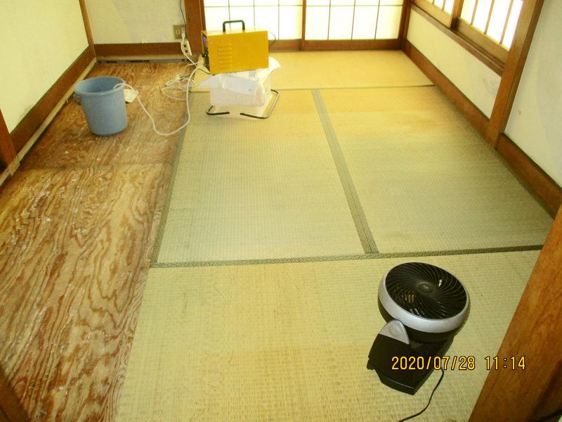 東京都足立区の孤独死された故人のご自宅の特殊清掃と遺品整理のご依頼を、不動産会社の方からご紹介を受け作業してきました。故人は布団のお亡くなりになり、床下にまで体液が染み込んでいます。