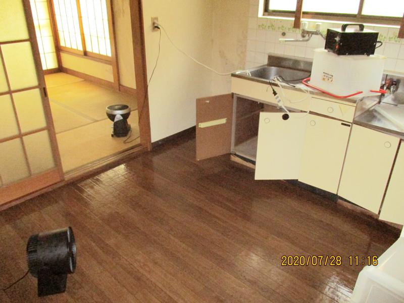 東京都足立区の孤独死された故人のご自宅の特殊清掃と遺品整理のご依頼を、不動産会社の方からご紹介を受け作業してきました。故人の体液が畳までしみ込んでいましたが、幸いなことに床下にまで染み込むことは防げていますので、病原菌対策の除菌と消臭、そして害虫駆除を中心に行います。