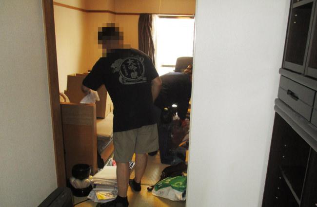 東京都新宿区の遺品整理現場。1LDKのお部屋で一人暮らしが難しくなった方の男性のお宅を遺品整理し、その後、解約に向けてきれいに清掃をしていきます。