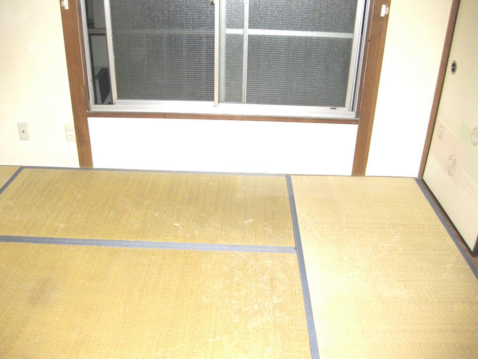 神奈川県横浜市泉区の高齢女性の自室を遺品整理するご依頼をいただきました。ご遺族様となる旦那様が毎日を生活されているため、多くの家電や家具はそのまま(冷蔵庫などの家電は回収なし)で、完全に使わないであろう古い衣類を中心とした撤去処分でご依頼いただきました。2tショートトラックで2立方メートル以内(トラック最大積載の1/4程度です)で、作業者1名での作業ですので33000円(税込)でお受けし、作業は1時間以内で問題なく完了しました。