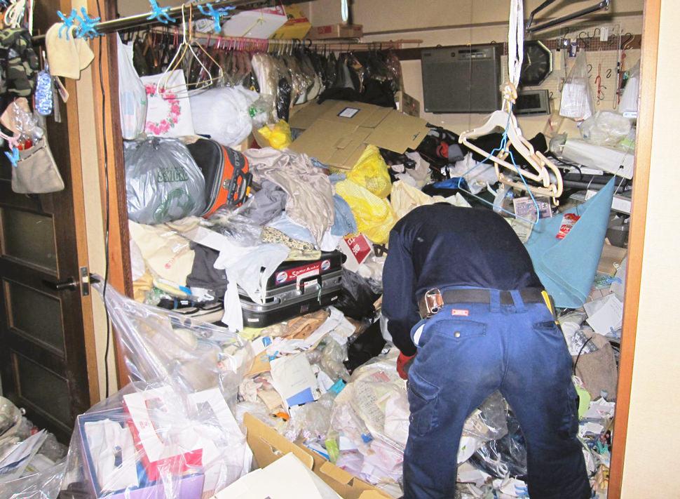 精神状態が不安定なことが続き、メンタルの状態が悪化する(セルフネグレスト)状態に陥ると部屋に物やゴミが溢れかえってしまっても気にならず、最終的には自身の排泄物が部屋に巻き散らかる状況になっても日常を過ごせてしまう環境になります。ゴミが増えることで問題式が少し芽生えたとしても、人に見られる事を非常に気にしてしまうため、さらに部屋に閉じこもり、身を潜めて暮らす生活が続いてしまうことになります。ネクストへ特殊清掃のご依頼があった場合、汚物から発せられる強烈なアンモニア臭に加え、湿度や気温上昇の影響もあり、異常な発酵が進み、部屋で呼吸ができない状態に陥り、そのままお亡くなりになってしまったケースもございます。一般的にゴミ屋敷と呼ばれるお宅も何らかの事情があっての行動も考えられます。