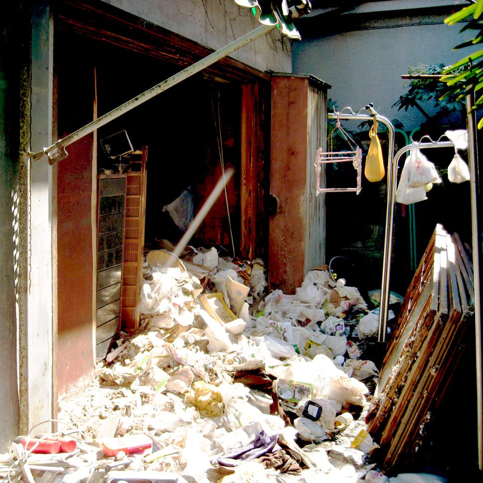 【ゴミ屋敷の実情 対応前の現場のお写真】故人が遺されたご遺品の数々の中でも、大量の生ゴミ問題があります。生活の中で必ず出る生ゴミですが、理由は様々ですが捨てることができない状況に追い込まれてしまう方がいらしています。そんな方のご自宅では掃除を行うことができず、日常的に発生する生ゴミを処分することができずにゴミを蓄め込んでしまい、生ゴミをいつまでも廃棄できないため、ゴミ屋敷と化してしまうケースが稀にございます。遺品整理ネクストはこうした処理にもお電話一本で問題なく対応できます。当然、最後は掃き掃除も行い、終了します。