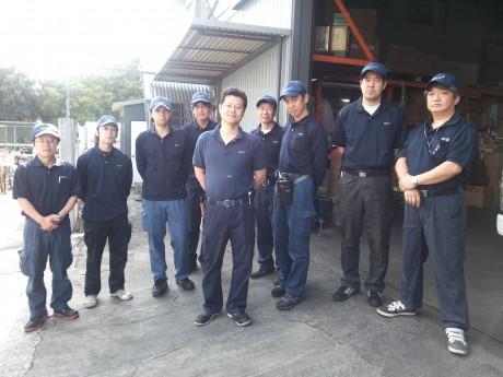 弊社にて小川代表を中心に写真撮影。